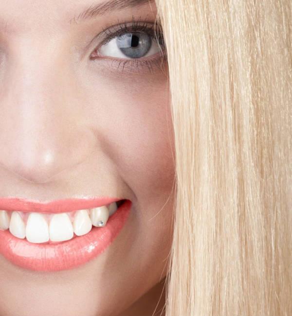 крупный план женского лица и белых зубов